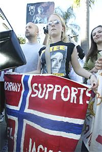 Norske fans støtter opp om sitt store idol utenfor rettsbygningen i Santa Barbara. Foto: Robyn Beck, AFP Photo.