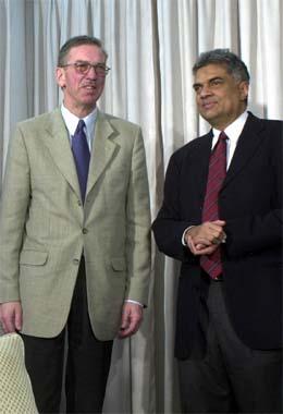 Trond Furuhovde, som nå blir leder for observatørkorpset, var også leder fra februar 2002 til mars 2003. Her sammen med statsminister Ranil Wickremesinghe. (Foto: AP/Scanpix)