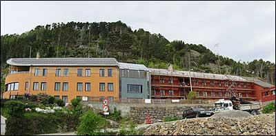 Nybygging på sjuke- og aldersheimen i Kalvåg under den siste utvidinga. (Foto: Arild Nybø © 2002)