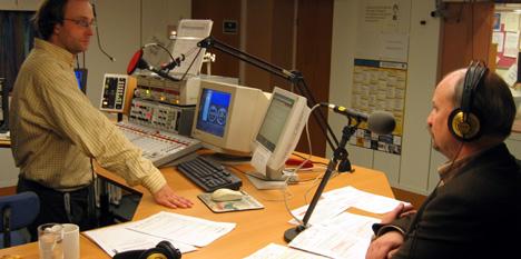 Jan-Henrik Kulberg intervjuer Roger Ryberg i NRKs studio i Solbergelva fredag ettermiddag.