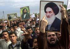 Torsdag demonstrerte sjiamuslimer i Basra med krav om direktevalg - og med plakater av stor-ayatolla al-Sistani. (Foto: N. al-Jurani, AP)