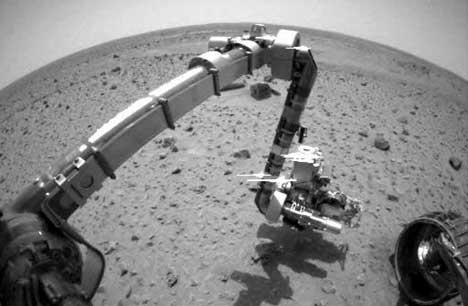 FØRSTE PRØVE: Spirit har tatt sine første prøver av jordsmonnet på Mars. (Foto: NASA/JPL)