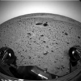 RULLER :Spirit ruller fremover på Mars, og skal ta en rekke prøver av jordsmonnet på planeten. (Foto: NASA/JPL)