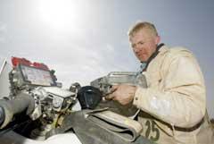 Pål Anders Ullevålseter fyller bensin under Paris-Dakar-rallyet. (Foto: AFP/Scanpix)