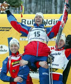 Halvard Hanevold løftes på gullstol av Ole Einar Bjørndalen og Lars Berger. (Foto: Reuters/Scanpix)
