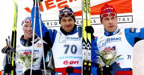 Frode Estil på seierspallen sammen med Andrus Veerpalu og Jaak Mae (Foto: AP/Petr David Josek)
