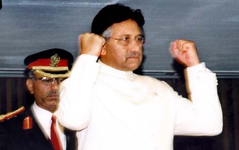 Pakistans president Pervez Musharraf knytter nevene etter en tale i nasjonalforsamlingen. Foto: AFP/Scanpix.