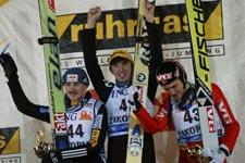 På pallen i Zakopane: Michael Uhrmann (i midten), Adam Malysz (t.v.) og Bjørn Einar Romøren. (Foto: P.Andrews, Reuters)