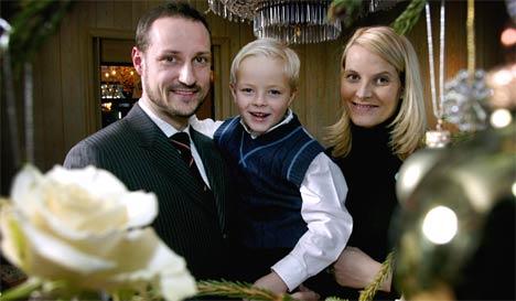 Kronprinsessen har ikke vist seg offentlig siden julefotograferingen. Her sammen med kronprinsregent Haakon og Marius. (Foto: Jon Eeg / SCANPIX POOL)