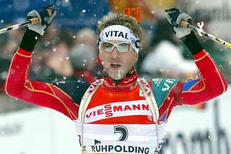 Ole Einar Bjørndalen går i mål som vinner av jakstarten. (Foto: Reuters/Scanpix)