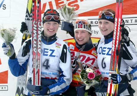 Marit Bjørgen, Virpi Kuitunen og Pirjo Mannninen på pallen (Foto: AP/Petr David Josek)