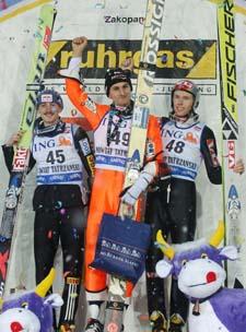 På pallen i Zakopane: Martin Höllwarth (i midten), Adam Malysz (t.v.) og Roar Ljøkelsøy. (Foto: C.Sokolowski, AP)