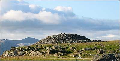 Stor gravrøys frå bronsealderen i Botnane. (Foto: Arild Nybø © 2003)