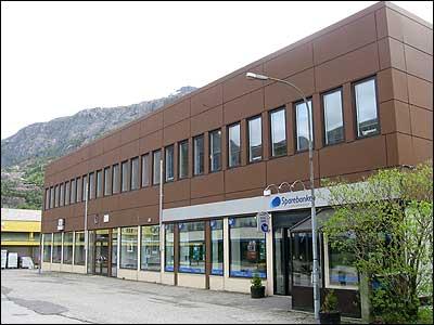 Forretningsbygget Granden AS i Svelgen husa våren 2003 offentlege kontor, Ferstad installasjon, Wittorf frisør og Sparebanken Flora-Bremanger.