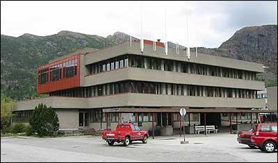 Kommunehuset i Svelgen. (Foto: Arild Nybø © 2003)