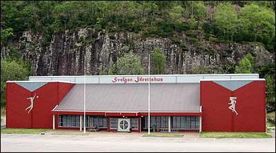 Svelgen idrettshus var opna i 1993 etter lang planlegging. (Foto: Arild Nybø © 2003)