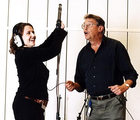 NRK Hordalands Ann Kristin Rykke og Kjell Jensen må opp tidlig og finne fram det gode humøret, når P1-lytterne i Hordaland skal serveres morgensending kl 06.00. (Foto: Marte Rognerud)