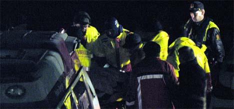 Tre personer ble i 23.20-tiden brakt ut i live fra skroget til det kantrede steinfraktskipet