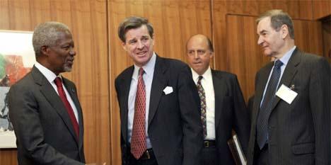 FNs generalsekretær tar imot Iraks sivile administrator Paul Bremer. I midten står USAs FN-ambassadør John Negroponte. Til høyre står britenes FN-ambassadør Jeremy Greenstock. (Foto: AP/Scanpix)