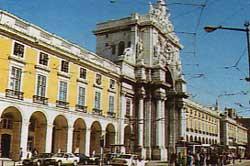 Praca do Comércio i nyklassisisme med triumfbuen. Foto: IPPAR, Lisboa.