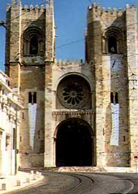 Den romanske domkirken Sé har minner også om en middelalderborg. Foto: IPPAR, Lisboa.