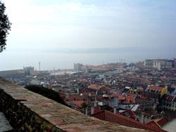 Utsikt fra Castelo de São Jorge med Praca do Comércio til venstre mot sjøen. Foto: Nina Skurtveit, NRK.