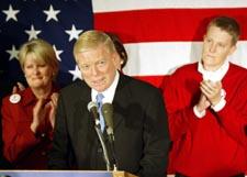 Dick Gephardt med kone og sønn innrømmet nederlaget og trakk seg i natt. (Foto: S.Olson, AFP)