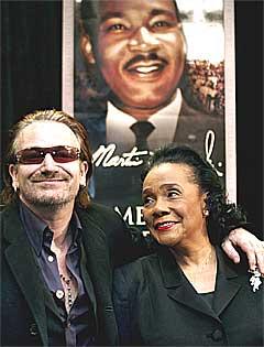 Lørdag fikk Bono King Senterets høyeste utmerkelse overlevert av Coretta Scott King for sitt arbeid for menneskerettighetene. Foto: W.A. Harewood, AP.