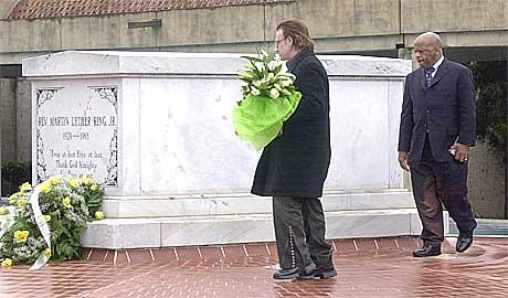 U2-vokalisten legger blomster på graven til Martin Luther King. Foto: Celine Bufkin, AP.