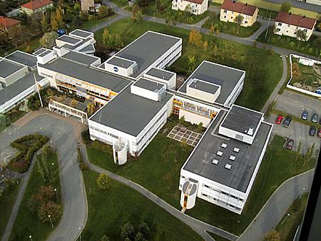 NRK Trøndelag held hus saman med ei rad andre NRK-avdelingar i det store kringkastingshuset på Tyholt i Trondheim. (Foto: NRK/Jon-Annar Fordal)