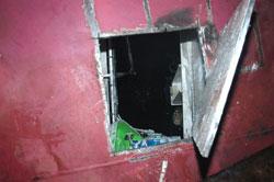 Ut gjennom dette hullet ble tre av mannskapet reddet ut. Foto: Jan Ove Brakstad, Bergen Brannvesen/Scanpix