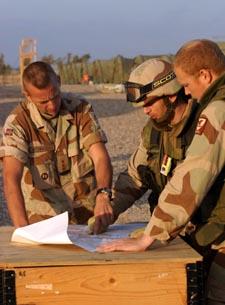 Ingeniørkompaniet i Irak produserer avanserte kart for seg selv og britene. Kaptein Rune Wenneberg og to av hans menn. (Foto: Gunnar Lier, Scanpix)