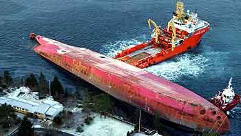 Flyfoto viser at det lekker olje ut i sjøen rundt den havarerte lastebåten Rocknes, som ligger ved Vatlestraumen der den kantret mandag ettermiddag. Foto: Jan M. Lillebø, Bergens Tidende / SCANPIX