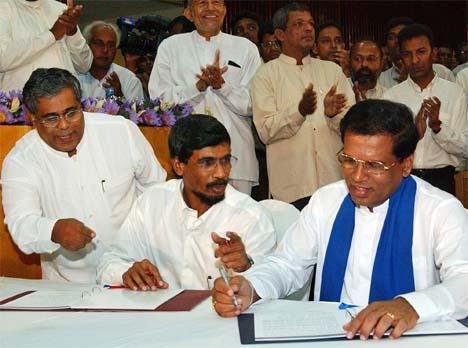 Venstersiden i Sri Lanka med venstrealliansens leder Tilvin Silva (midten) er misfornøyd med Norges rolle i fredsmeklingen i Sri Lanka. Foto: AP/Scanpix