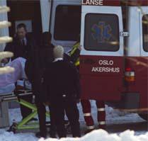 Mette Marit og den nyfødte tronarvingen dro hjem i ambulanse da kronprons Haakon holdt pressekonferanse. Foto: Scanpix