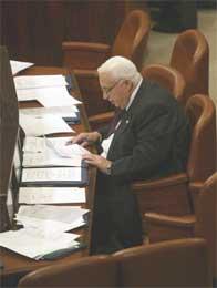 Sharon tar notater under et møte i Knesset i dag. Han er truet av en korrupsjonssak. (Scanpix/AFP)