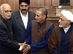 Indiske visestatsminister og innenriksminister Lal Khrishna Advani og kashmirs separatistleder professor Abdul Gani Bhat trykker hverandres hender etter det historiske møtet. Foto: AFP/Scanpix