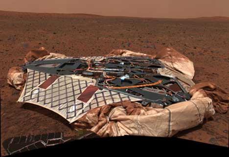 PLATFORMEN: Spirit har tatt bilde av platformen den stod på før den trillet ned på den røde grusen på Mars. Nå har roboten også begynt å prate med NASA igjen. (Foto: NASA/JPL/Cornell)