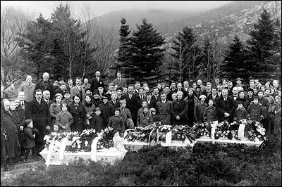 Gravferd etter drukningsulukka ved Botnane i 1934 der tre personar omkom. (Foto: Privat)
