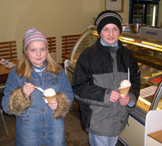 Didrik og Charlotte Skodje hadde lyst på is selv om det er iskaldt ute.