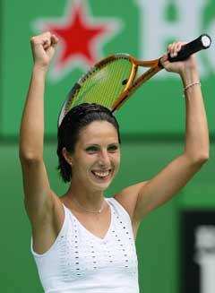 Anastasia Myskina jubler etter å ha gått til kvartfinalen. (Foto: AFP/Scanpix)