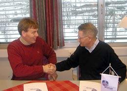 President i NBF, Finn R. Jacobsen og styreleder i RVI, Erik Veiby underskrev avtalen.