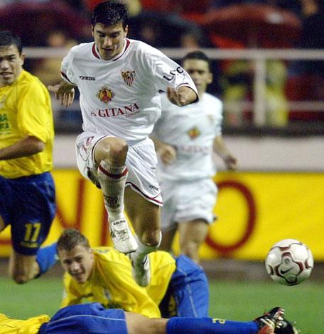 Jose Antonio Reyes leker seg men en Villareal-spiller (Foto: Scanpix)