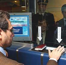 Om ikke så altfor lenge vil man måtte bruke fingeren i tillegg til pass på flyplasser. Foto: AP/Scanpix