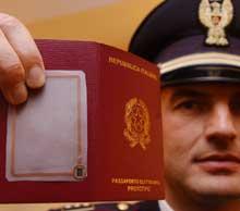 Her ser vi prototypen på et nytt italiensk pass. På baksiden finner vi biomtriske data. Foto: AP/Scanpix