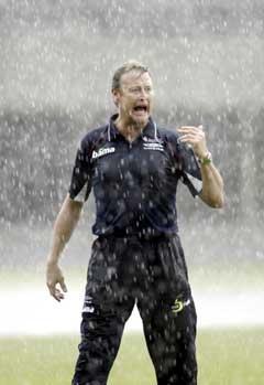 Regnet bøttet ned over Åge Hareide og spillerne under kampen mot Singapore. (Foto: Bjørn Sigurdsøn / SCANPIX)