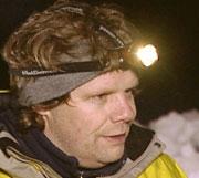 Harald Rishovd har testet hodelykter for FBI. Her kan du få tips om hvilken lykt du bør velge. Her med kombinasjonslykt. Foto: NRK FBI