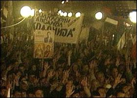 Tirsdag kveld deltok rundt 35 000 mennesker på et stort opposisjonsmøte i byen Kragujevac (Foto: APTN).