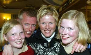 Hilde Gjermundshaug Pedersen med tvillingdøtrene Ida og Eli ig mannen Knut. (foto:Terje Bendiksby/Scanpix)