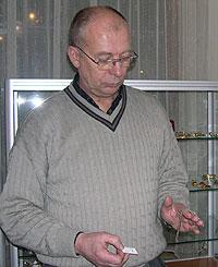Bjørn Lundby viser fram diamantsmykket. Foto: NRK